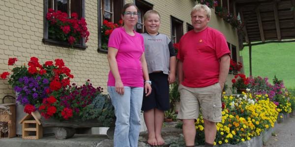 Fritz und Alexandra Beer mit ihren jüngsten Sohn sind von der Bio-Landwirtschaft überzeugt.