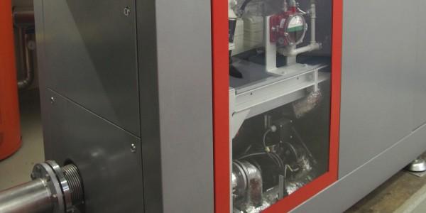 Das kompakt gestaltete Blockheizkraftwerk leistet 95 kW Strom und 130 kW Wärme, die im eigenen Betrieb eingesetzt werden.