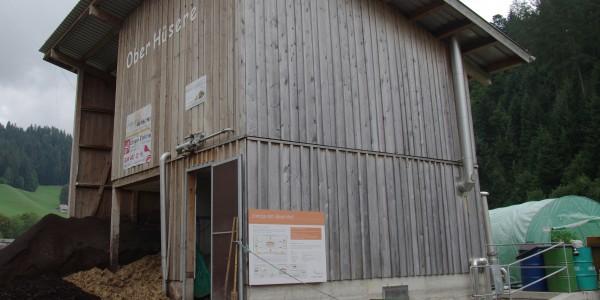In einem separaten Gebäude sind auf drei Ebenen Fermenter, Blockheizkraftwerk und Biogas-Speicher integriert.