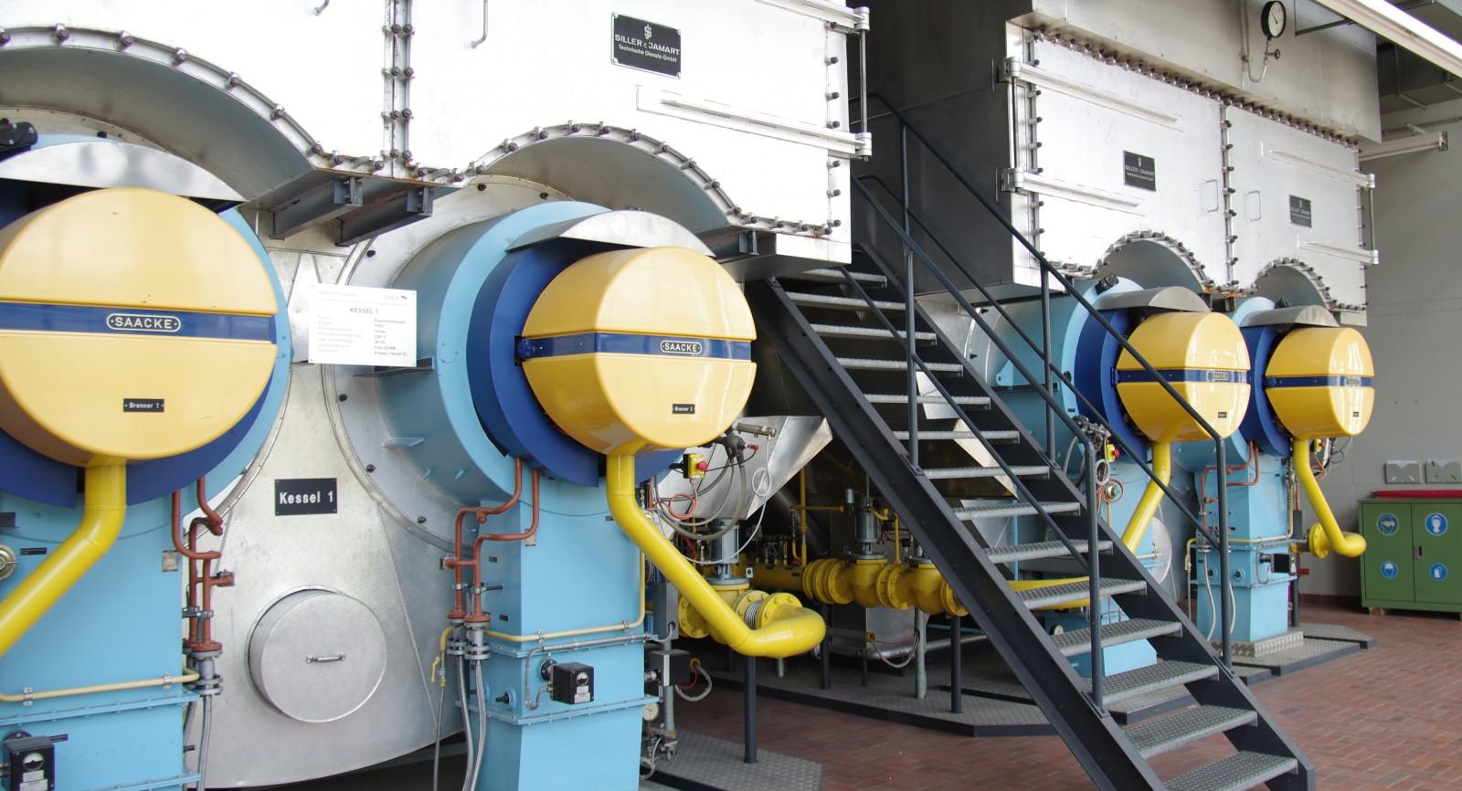 Die beiden Rauchrohrkessel liefern Frischdampf für die Wärmespeicher in der Energiezentrale des Flughafens Zürich.