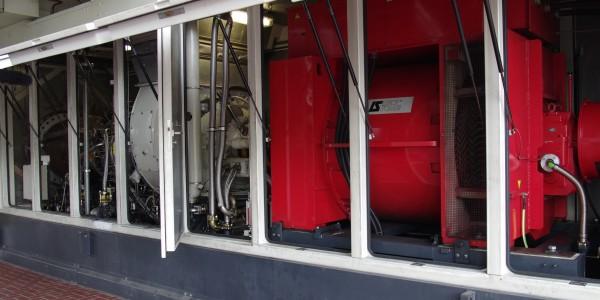 Die 5-MW-Gasturbine mit Generator erzeugt einerseits Strom, anderseits wird das heisse Abgas in einem der beiden Wasserrohrkessel weiter genutzt.