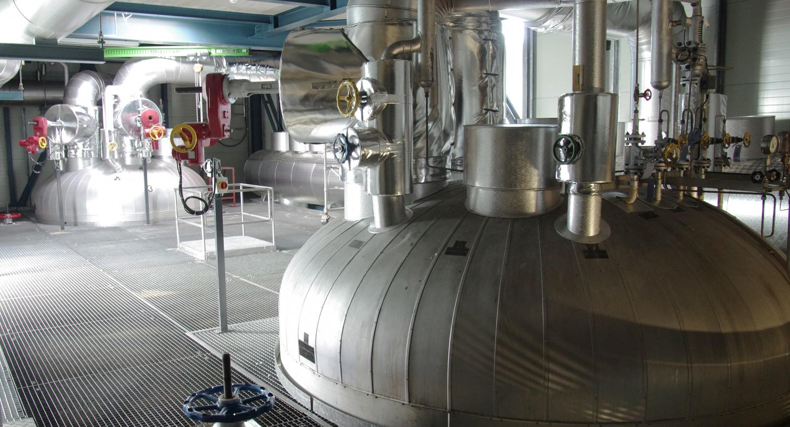 Speicher dienen zur Pufferung des heissen Wassers, mit dem die zahlreichen Gebäude des Flughafens versorgt werden.