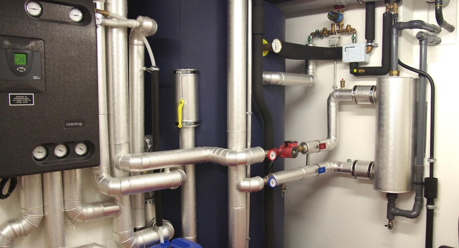 Im Mittelpunkt der Wärmeversorgung steht der 3000-Liter-Speicher, der von Sonnenkollektoren und Stirling-Gerät mit Wärme beliefert wird und eine optimale Schichtung erlaubt.