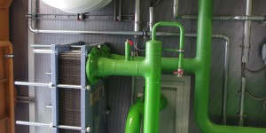 Der Wärmetauscher im Container trennt die Wärmekreisläufe von Gasmotor und Wärmelieferung an die ARA.