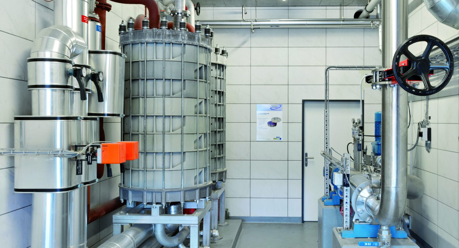 Die durch die Blockheizkraftwerke erzeugte Wärme wird u.a. auch in den beiden Spiralwärmetauschern genutzt, in denen die angelieferten und zerkleinerten Wertstoffe hygienisiert werden. Bild: Recycling Energie AG