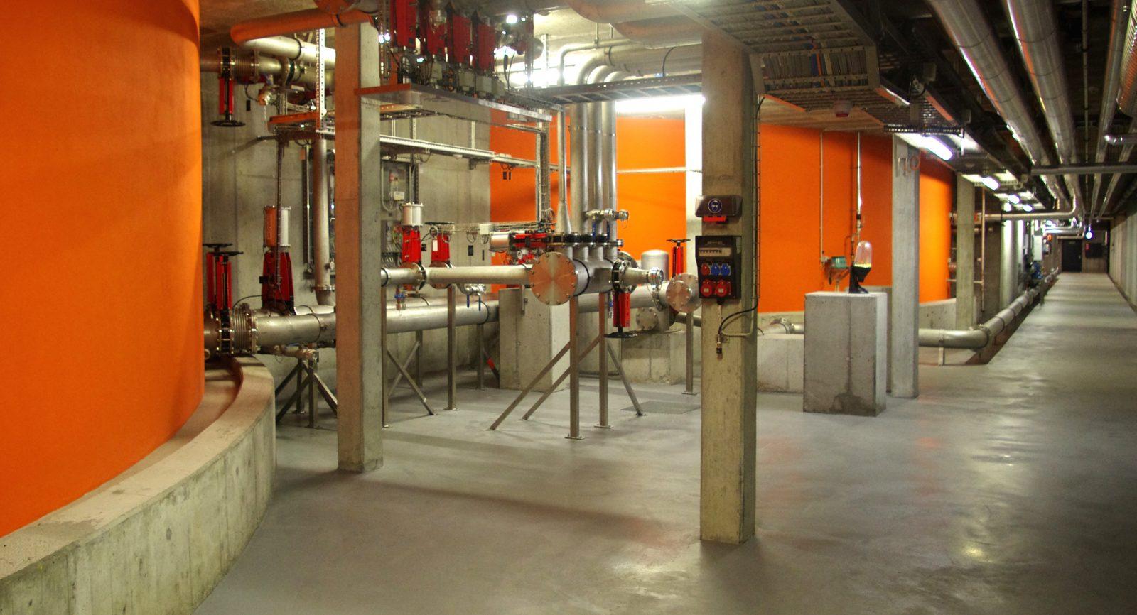 Die verfahrenstechnischen Armaturen der beiden Hauptfermenter befinden sich in einem Verbindungsgang, geschützt und jederzeit zugänglich.