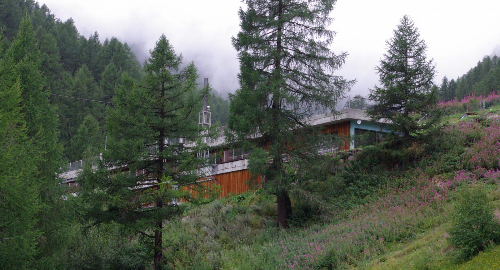 Fermenter, Nachgärer, Endlager und Gas-Ballon wurden in einem separaten Anbau integriert und erfüllen damit die hohen Anforderungen des Tourismusortes Zermatt.