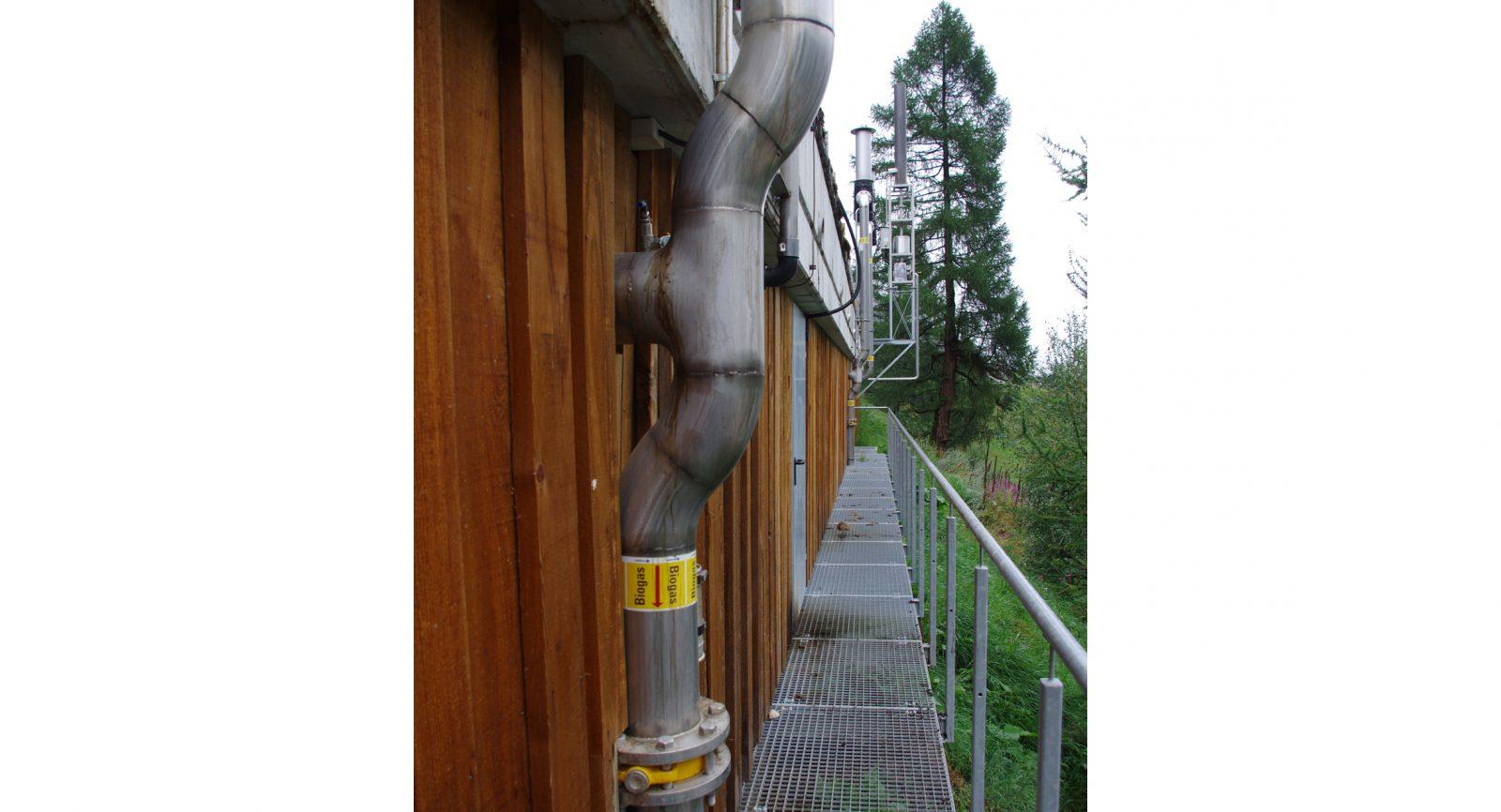 Fermenter, Nachgärer, Endlager und Gaslager sind im Gebäude integriert, was Geruchsemissionen verhindert. Angebaute Abfackelungseinrichtungen dienen der Notfallbewältigungen.