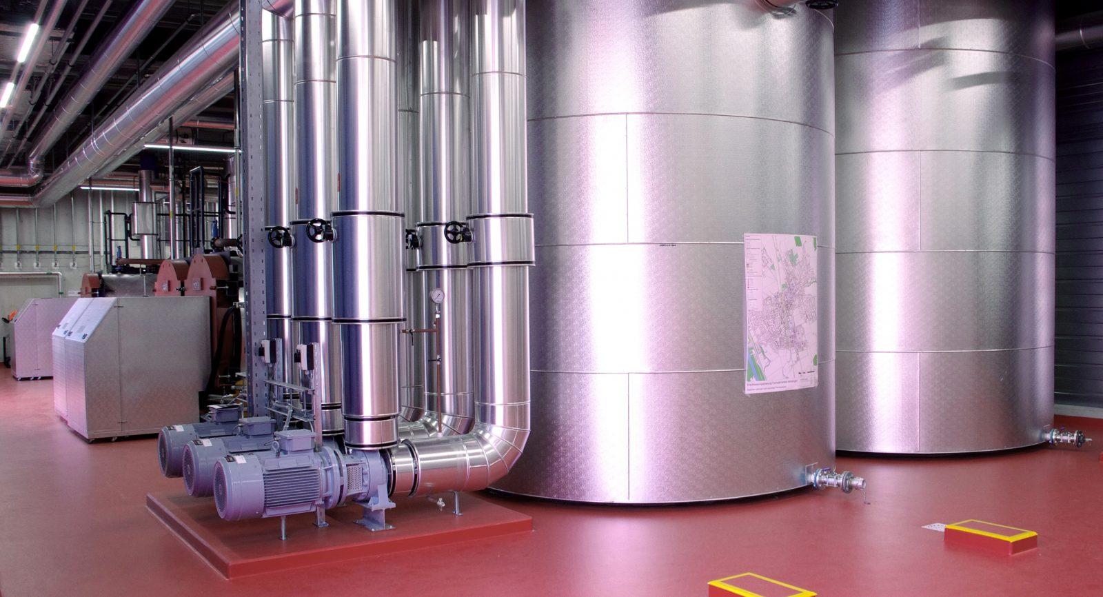 Zwei Pufferspeicher und drei Zweistoffkessel (Spitzenlast und Redundanz) stehen in der Energiezentrale zur Verfügung. Die Fundamente für das zweite BHKW im Endausbau sind bereit.