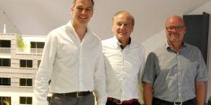 Roger Balmer (à droite): «La combinaison brevetée d'une centrale PCCE spéciale et d'une pompe à chaleur spéciale dans un seul et même habillage nous permet de produire dans le bâtiment de la chaleur et de l'électricité de manière judicieuse et efficace.» Avec Walter Schmid (au centre) et René Schmid (architecte), comme équipiers pour la mise en œuvre d'un nouveau projet dans un autre bâtiment.