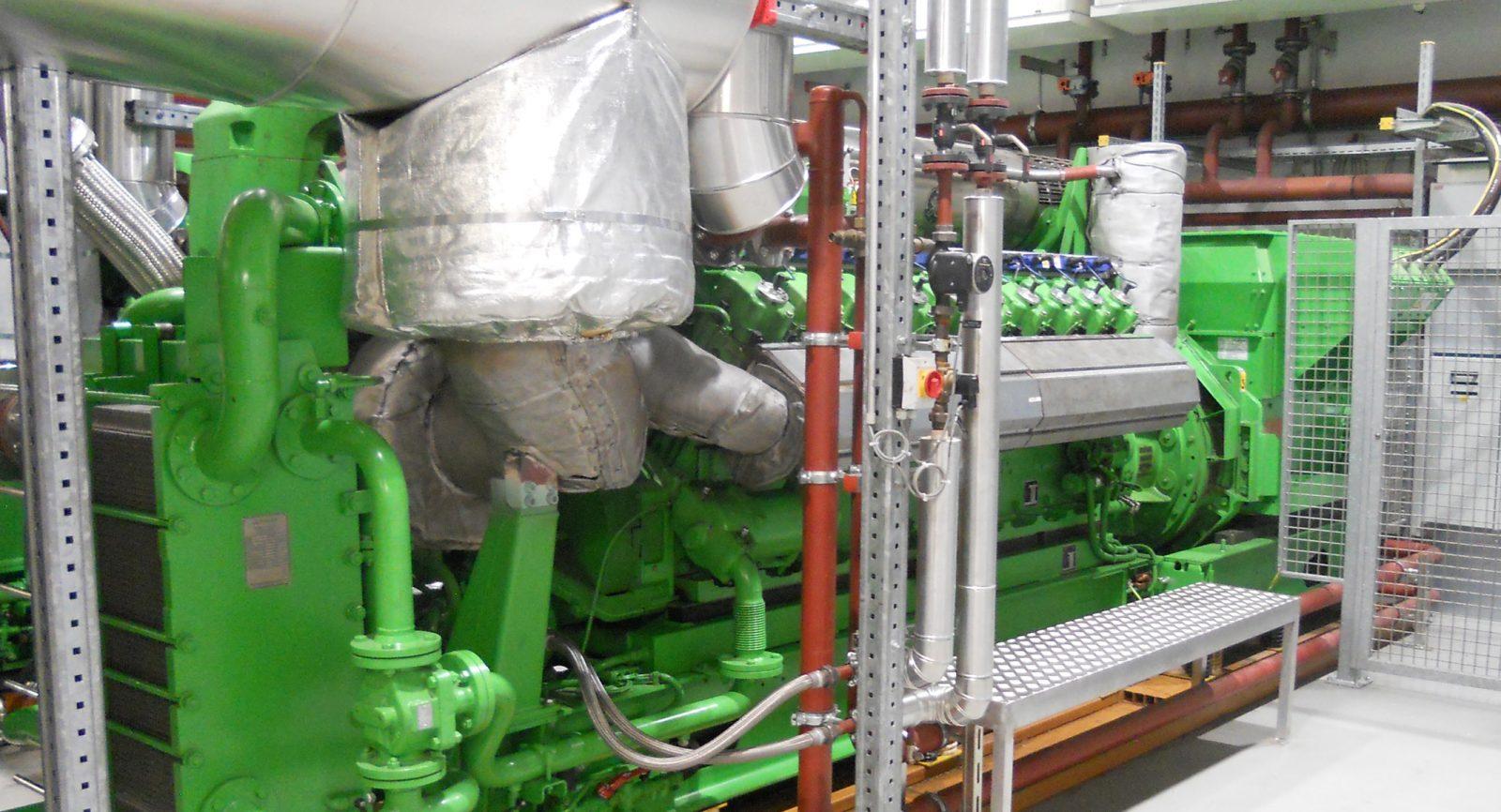 Eines der beiden Blockheizkraftwerke sowie der darüber angebrachte Wärmetauscher der Strahlungs-Wärmepumpe.