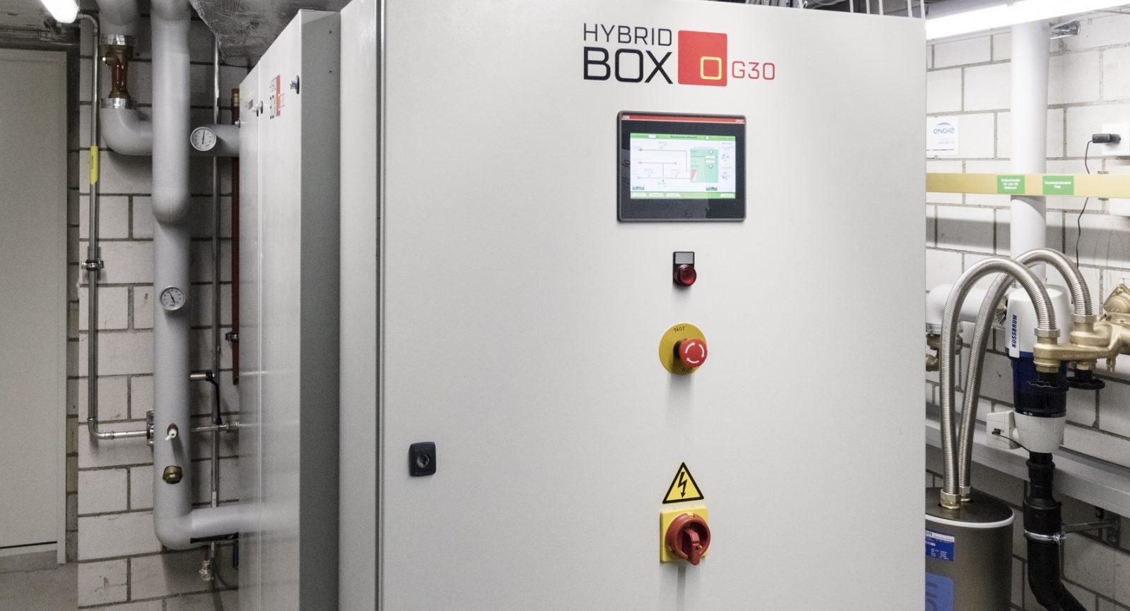 Die Hybridbox umfasst Wärmepumpe, BHKW, Wärmerückgewinnung und Steuerung; sie steht heute in drei Leistungsstufen für unterschiedlich grosse Gebäude zur Verfügung.