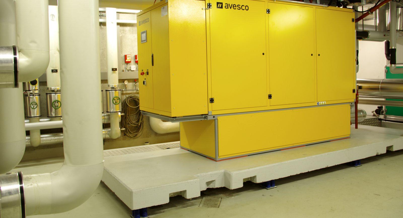 Dank Schwingungsdämpfern unter der eigenen Platt-form erzeugt das über 3 Tonnen schwere BHKW keine hausinternen Schallemissionen.