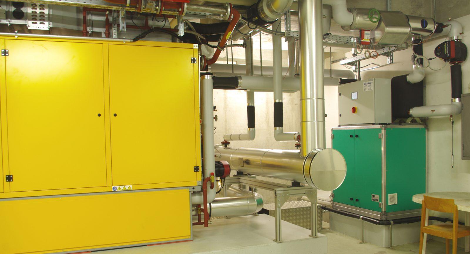 Zusammen mit einem integrierten Abgasrekuperator und der Wärmepumpe (grün) wird ein Gesamtwir-kungsgrad der BHKW-Anlage von über 100 Prozent erreicht.