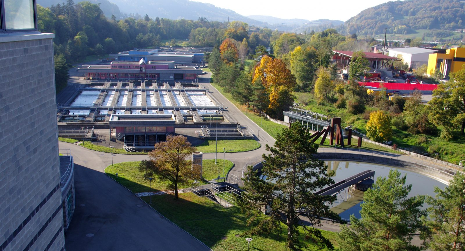 Mit dem Wegfall der Schlammverbrennung musste eine neue Wärmequelle für den Betrieb eingerichtet werden. Mit der Weiterführung der WKK-Technologie konnte auch die eigene Stromversorgung erheblich ausgeweitet werden.