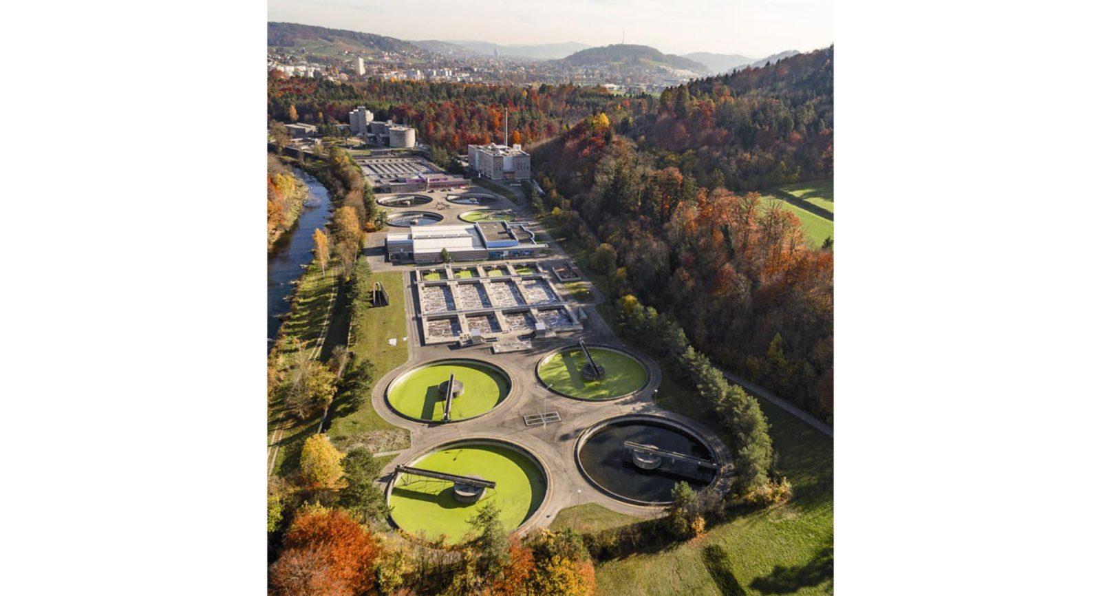 Bereits 1951 ging die Kläranlage mit vier Reinigungs-stufen in Betrieb. Heute erarbeitet man die Grundlagen für den weiteren Ausbau der Reinigungsprozesse. (Bild: Stadtwerk Winterthur)