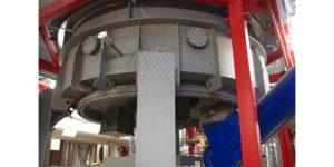 Am unteren Ende des drei Stockwerke hohen Holzvergasers wird die Asche abgeführt und in den aussen stehenden Container gefördert.
