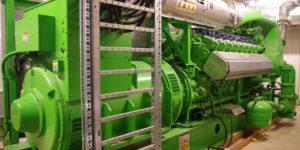 Mit dem Gasmotor kann nun in der Wärmezentrale von Charmey auch Strom erzeugt werden. Durch die neue Holzvergasung wurde diese Wärme-Kraft-Kopplung realisierbar.