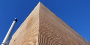 Energiezentrale von Charmey arbeitet mit Holzschnitzel der Region und zeichnet sich durch eine Holzfassade aus.
