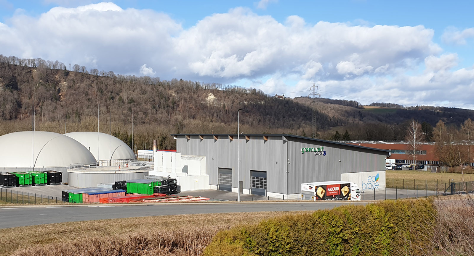 Groupe E Greenwatt haben im Jahr 2016 zusammen mit Nestlé Waters und 30 Landwirtschaftbetrieben der Region als Partner die Biogasanlage im Industriegebiet Treize-Cantons des waadtländischen Ortes Seigneux in Betrieb genommen.