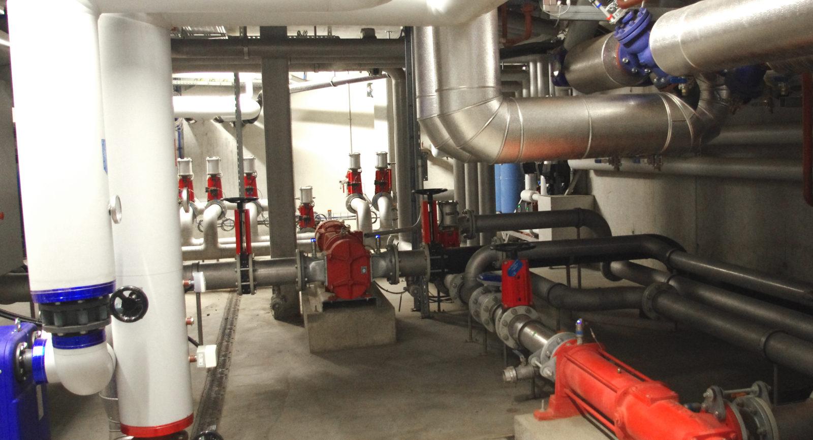 Die verschiedenen festen und flüssigen Substrate gelangen in Rohren zu den Fermentern. Mit dabei auch Wärme, die für den Nassvergärungsprozess benötigt wird.