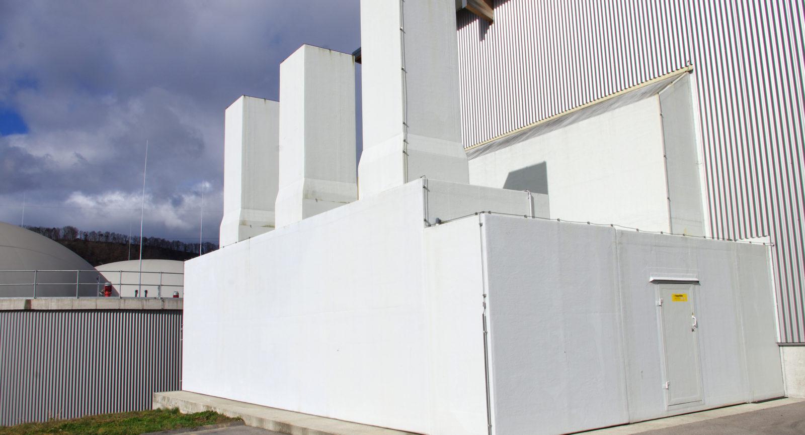 Um die Umgebungsluft nicht zu beeinträchtigen, wird die Anlieferungshalle, in der landwirtschaftliche Abfälle entladen werden, mit Biofiltern entlüftet.
