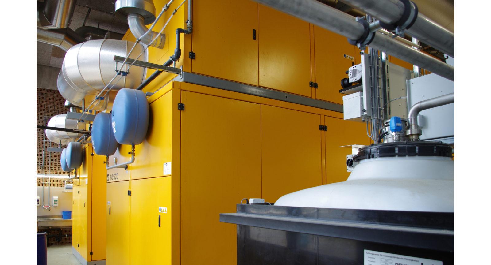 Die beiden Blockheizkraftwerke erzeugen rund 8,4 Mio. kWh Strom und 10 Mio. kWh Wärme. Sie sind mit einer Abgas-Wärmerückgewinnung und Katalysatoren mit Add Blue zur Stickstoffverminderung ausgestattet.