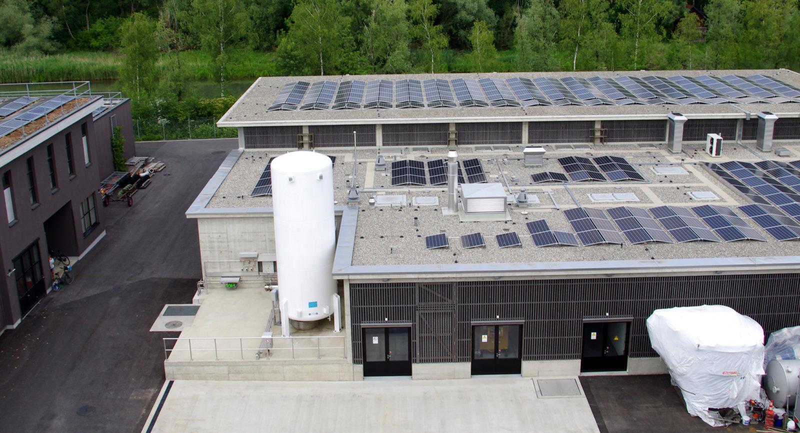 Neben der Stromerzeugung durch die Wärme-Kraft-Kopplung hat die Photovoltaik frühzeitig Einzug gehalten, z.B. auf dem Dach der 4. Reinigungsstufe. 2019 hat man eine solare Gesamtertrag von über 200'000 kWh erreicht.