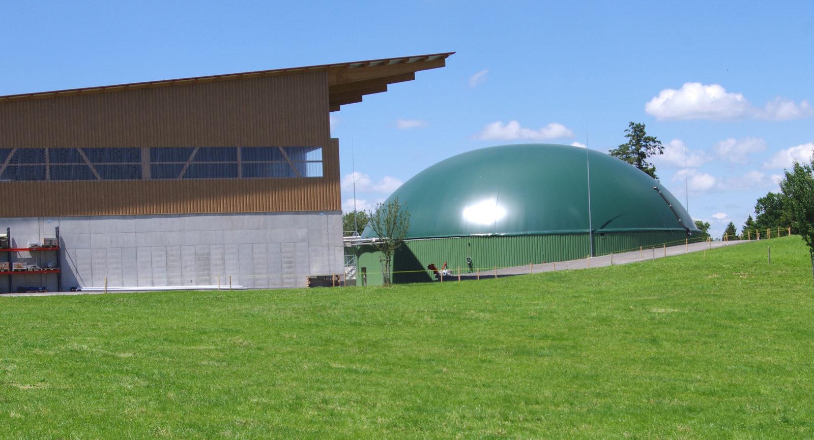 Landwirte der Region liefern Bioabfälle, die schliesslich als Biogas im Speicher zwischenlagern.