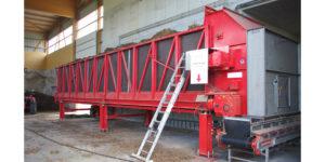 In der neuen Lagerhalle für angelieferte Bioabfälle arbeitet eine Mischeinrichtung zur optimierten Chargenzusammenstellung.