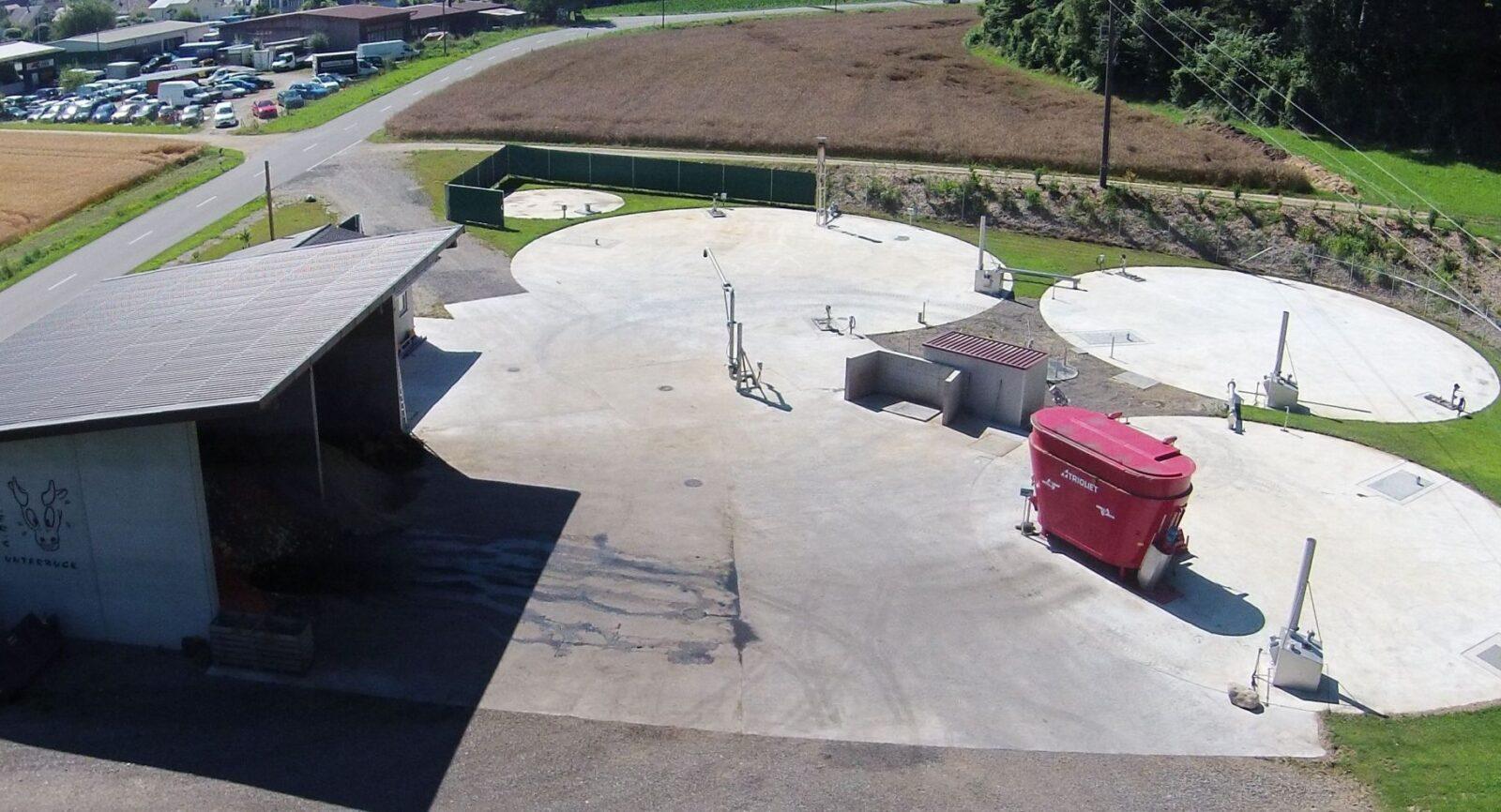 Aus der Vogelperspektive sieht man mehr: Fermenter, Nachgärer und Gärgutlager sind bei der Biogasanlage auf dem Hof Unterbuck im Boden versenkt