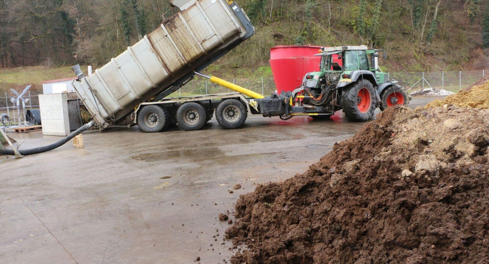 Eingespielte Prozesse: Regelmässig kommen Berufskollegen vorbei und füllen den Sous-terrain-Fermenter der Müller Energie GmbH mit Jauche und festem Substrat.