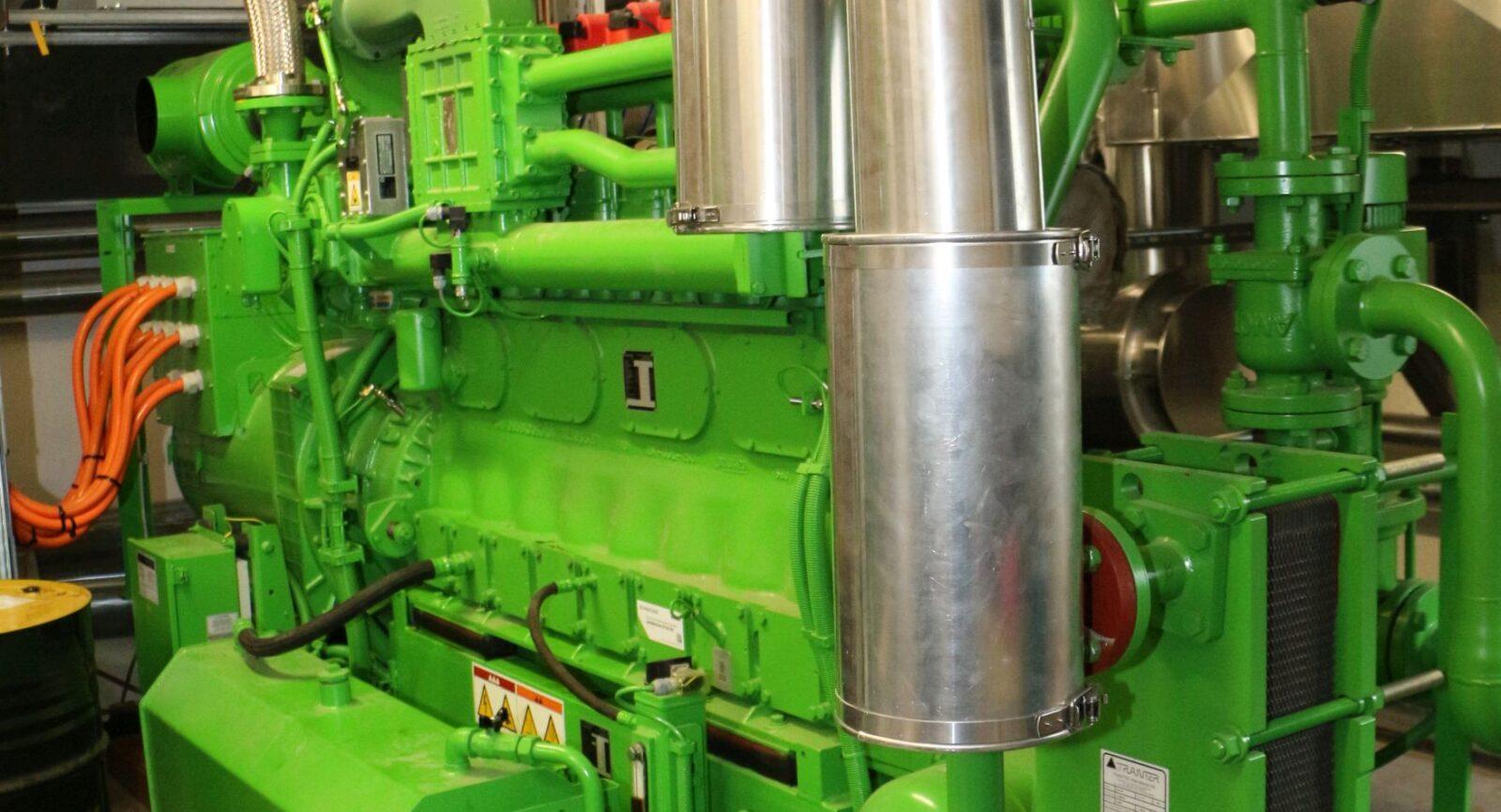 Die jüngste BHKW-Einheit, ein zweiter Gasmotor mit mehr Leistung (grün), liefert seit 2021 zusätzlichen Strom ins Netz und ist nun dritter Wärmeerzeuger der Müller Energie GmbH für das Nahwärmenetz.