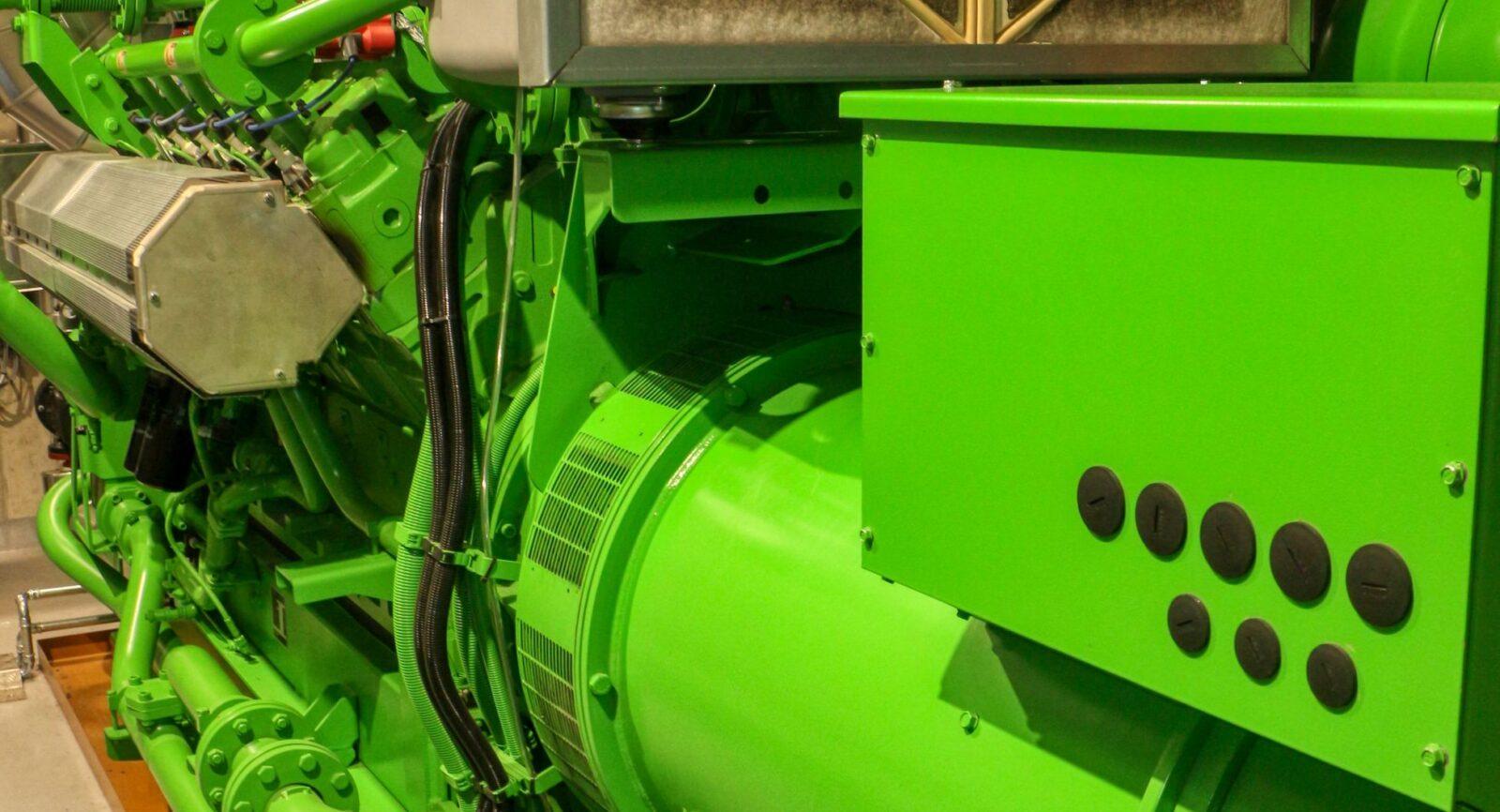 Die BiEAG baute erst kürzlich einen neuen Gasmotor des Herstellers INNIO Jenbacher ein, der gegenüber dem bisherigen Motor deutlich höhere thermische (480 kW – Vorgängermodell 440 kW) und elektrische (440 kW – Vorgänger: 300 kW) Leistung aufweist.
