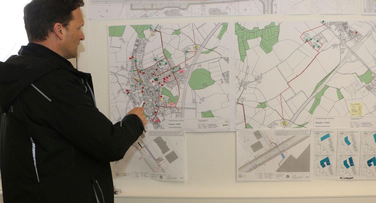 Im Büro von BiEAG-Geschäftsführer Patrick Birrer symbolisieren bunte Stecknadelköpfe auf dem Kartenausschnitt von Hünenberg aktuelle Anfragen von Liegenschaftseignern zu Anschlüssen ans Fernwärmenetz.