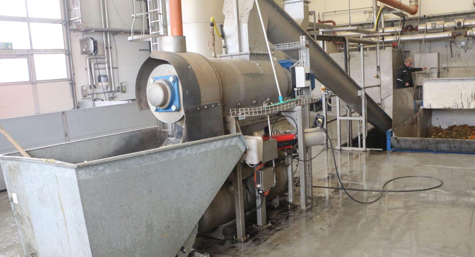 Organische Abfälle aus der Lebensmittelbranche werden mittels einer Hammermühle zerkleinert und von Verpackungsmaterial abgetrennt, zudem thermisch (bei +70°C) vorbehandelt, bevor diese in den Fermenter gelangen. Der vorgelagerte Prozess schont die empfindlichen Mikroorganismen in ihrem Wirken.
