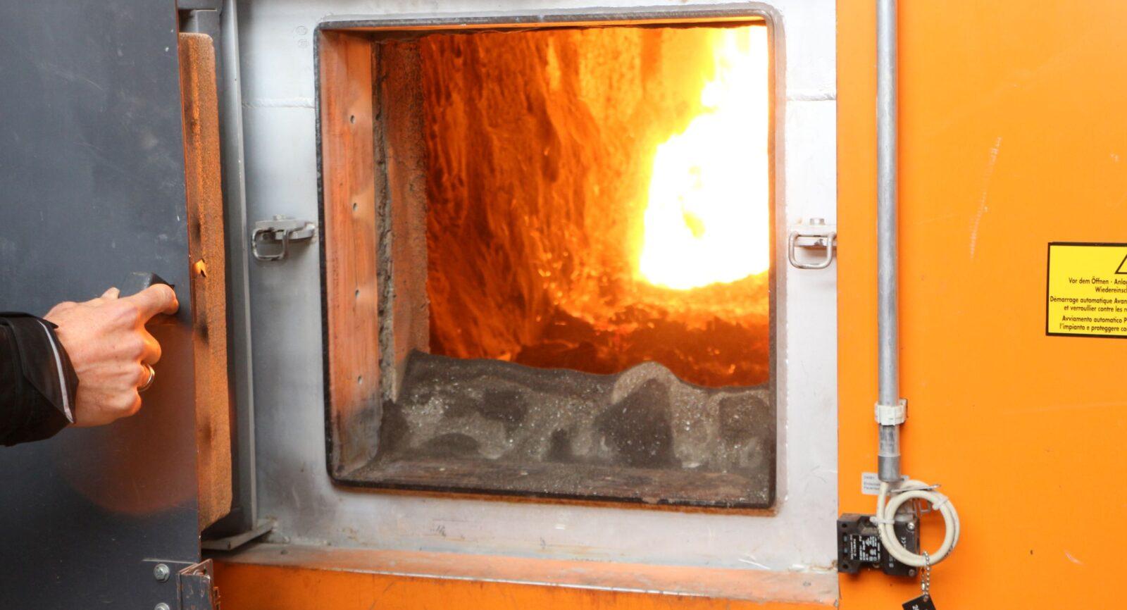 Blick in die Hochtemperatur-Brennkammer der vollautomatischen Holzhackschnitzelheizung – dem zweiten Wärmeerzeuger der BiEAG.