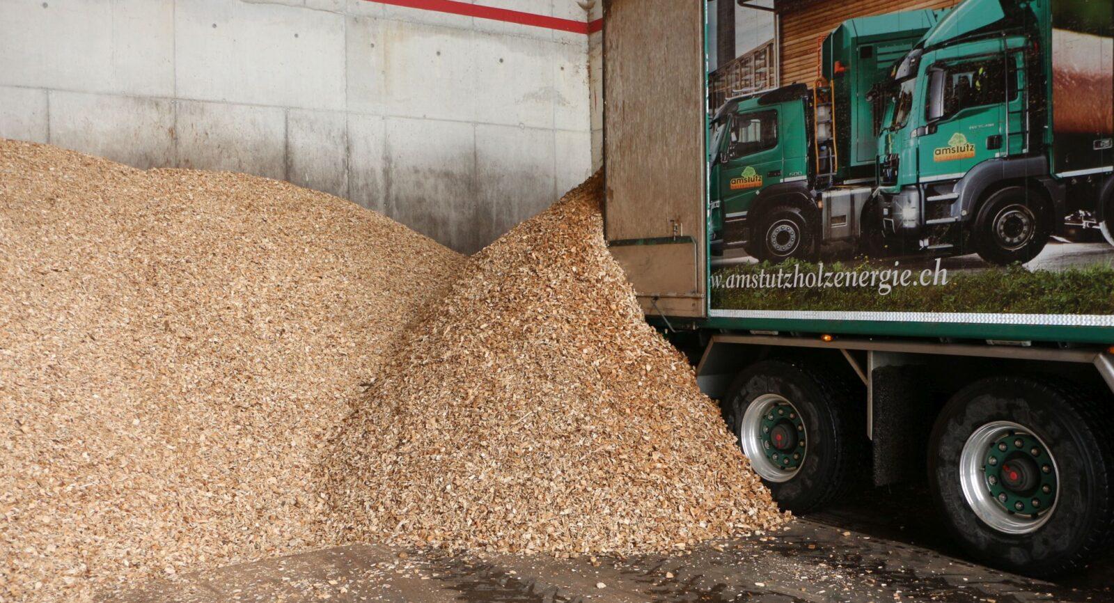 Pro Jahr werden ca. 11'000 m3 getrocknete Hackschnitzel – meistens aus Wäldern der Korporation -  geliefert. Spezialmaschinen verarbeiten Rundholz, Astmaterial oder Sägereirestholz vor Ort zu Hackschnitzeln.