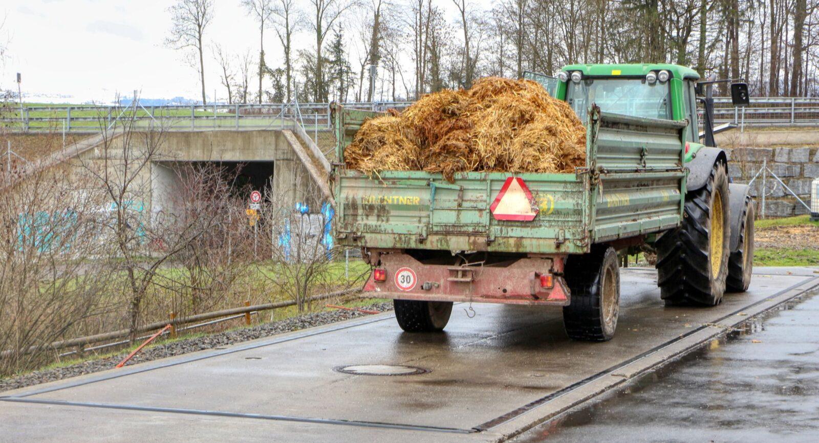 Trockenes Gärsubstrat wird nach wie vor mit landwirtschaftlichen Nutzfahrzeugen angeliefert.