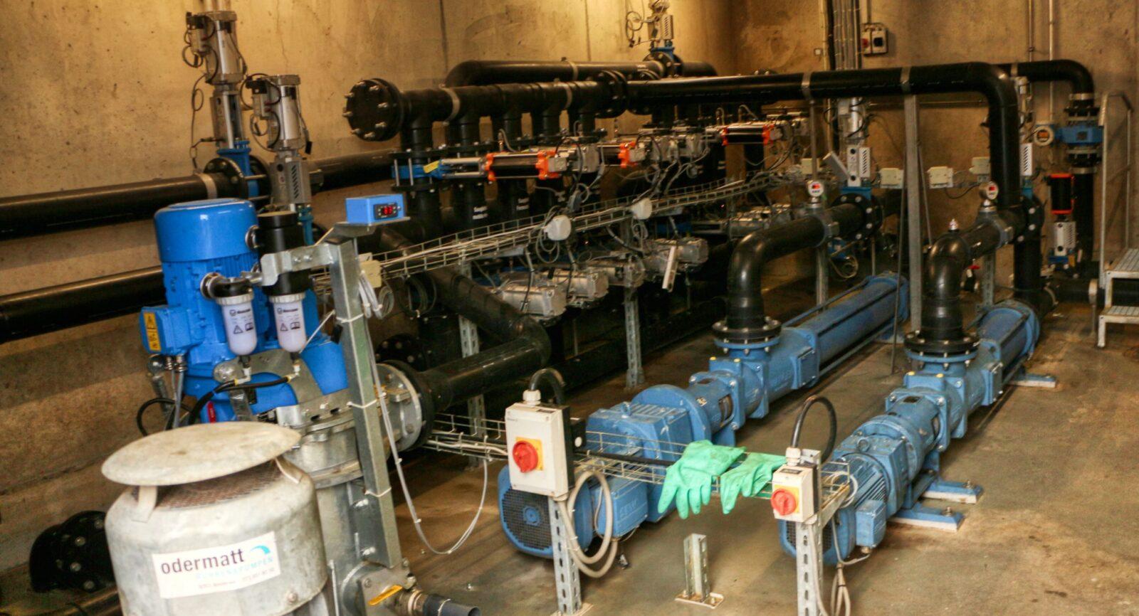 Im Pumpenraum laufen sämtliche Leitungen für den Transport von frischer sowie vergorener Gülle zusammen.