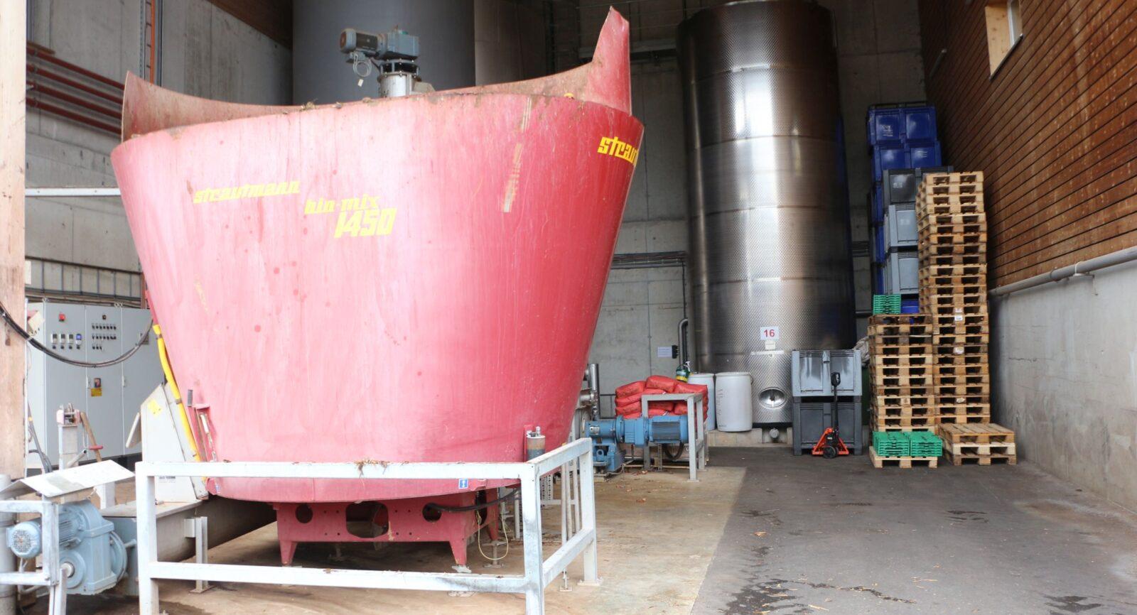 Im Querstromzerspaner werden die grossen Substrate (Siloballen, Mist usw.) zerkleinert, um den Abbauprozess zu Biogas zu optimieren.