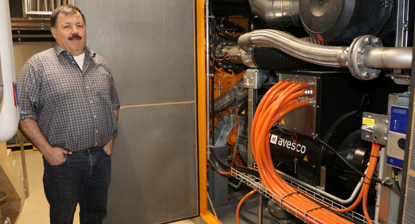 Das nagelneue Blockheizkraftwerk steht seit Beginn 2020 im Untergeschoss. Martin Götschi, Geschäftsführer der Käserei Götschi AG ist damit auch zum Gasnetzbetreiber geworden.