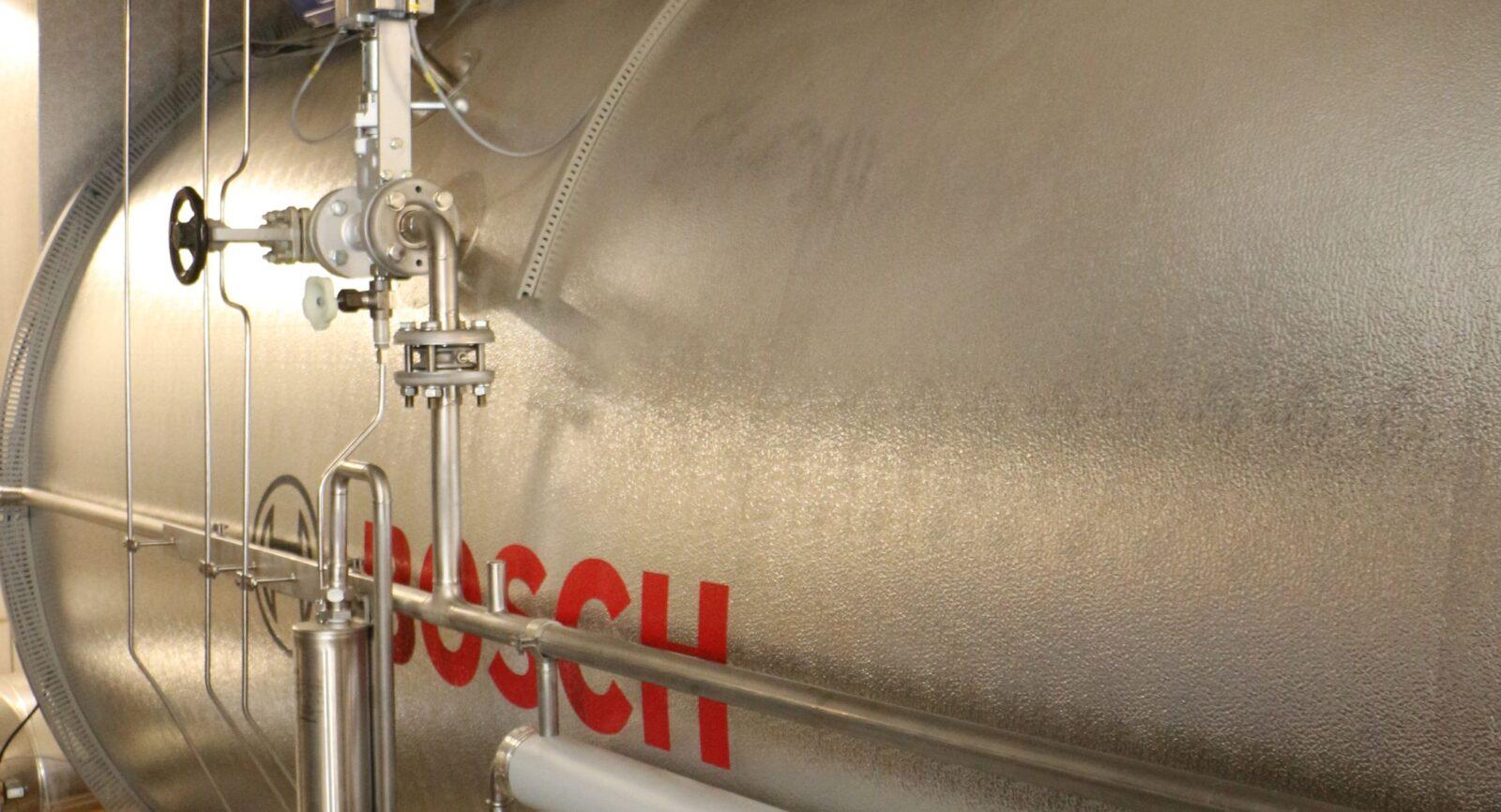 Ein Abgaswärmetauscher ist im Dampferzeuger integriert und holt zusätzlich Wärme aus den heissen Abgasen (aus BHKW und Ölkessel). Der 130 bis 150 °C heisse Wasserdampf unterstützt die wichtigsten Prozesse der Käserei (CIP-Reinigung, Pasteurisation usw.).