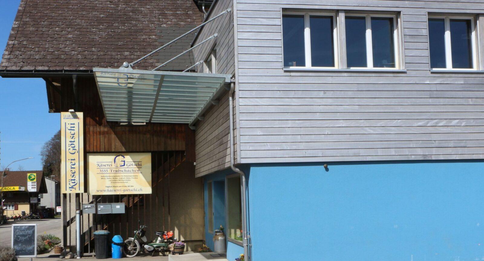 Im Verkaufslokal bezieht die lokale Kundschaft via Selfscanning Frischmilchprodukte.