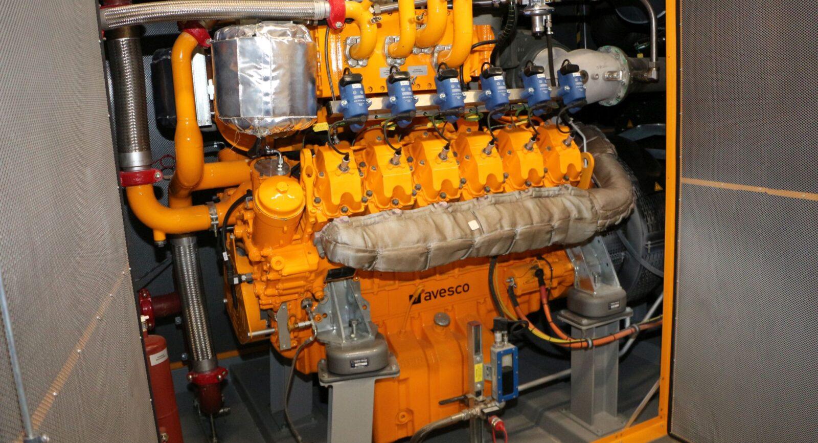 Ein Blick auf den modernen Gasmotor, der Niedertemperaturwärme von 85 °C für die Gebäudeheizung und die Bereitung von Trinkwarmwasser abgibt.