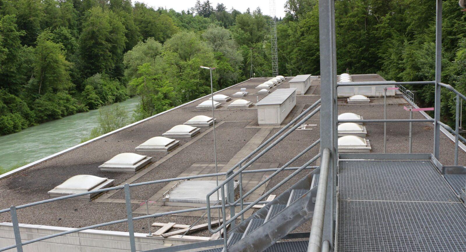 Bereits ist das Baugespann ausgesteckt: Als 2. Etage über dem Gebäude der Festbettbiologie entsteht die neue Heizzentrale des Energiecontractors EBL.